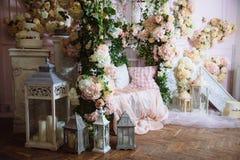 Interior da sala decorado com flores Conceito do photostudio e do projeto bonitos Fotografia de Stock