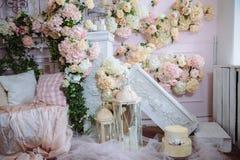 Interior da sala decorado com flores Conceito do photostudio e do projeto bonitos Foto de Stock