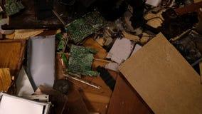 Interior da sala destruída, restos do computador e mobília filme