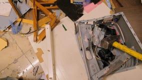 Interior da sala destruída, restos do computador e mobília video estoque
