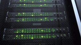 Interior da sala do servidor no datacenter na luz verde vídeos de arquivo