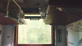 Interior da viagem do vagão do estilo de vida do trem do curso do conceito opinião da estrada de ferro do vagão da economia do in video estoque