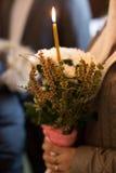 Interior das flores e das velas da igreja ortodoxa baptism fotografia de stock royalty free