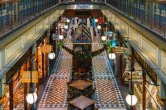 Interior de Adelaide Arcade con las decoraciones de la Navidad Imagenes de archivo