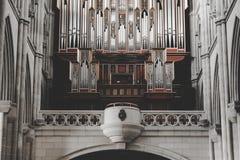 Interior de Almudena Cathedral, iglesia católica, en Madrid Foto de archivo