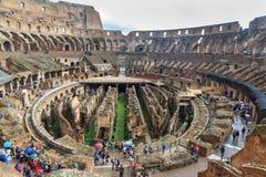 Interior de Colosseum ou de Flavian Amphitheatre em chuvoso roma Italy foto de stock