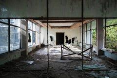 Interior de construção abandonado Perspectiva de Salão Fotografia de Stock Royalty Free