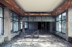 Interior de construção abandonado Perspectiva do corredor Imagem de Stock