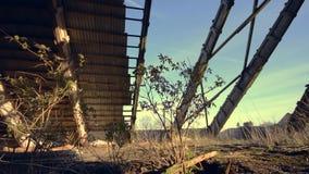 Interior de construção abandonado Telhado quebrado com plantas verdes para dentro Câmera da zorra filme