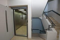 Interior de construção com elevador e escadaria Foto de Stock Royalty Free