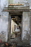 Interior de construção danificado Fotos de Stock Royalty Free