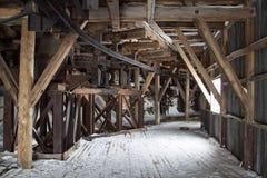 Interior de construções árticas abandonadas de uma mina de carvão em Longyearbye Foto de Stock