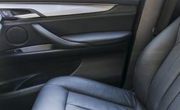 Interior de couro perfurado do preto luxuoso moderno do carro Parte dos detalhes de couro do banco de carro detalhes modernos do  fotografia de stock