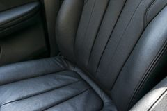 Interior de couro perfurado do preto luxuoso moderno do carro Parte dos detalhes de couro do banco de carro detalhes modernos do  foto de stock royalty free