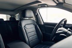 Interior de couro preto do carro Painel interior e volante do carro moderno Interior de couro perfurado do preto luxuoso moderno  imagens de stock