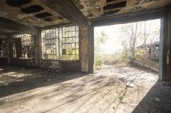 Interior de deteriorar a fábrica abandonada, St Louis do leste, Missouri imagem de stock