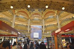 Interior de Galeries Lafayette em Paris Foto de Stock