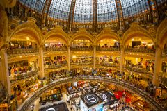 Interior de Galeries Lafayette en París, Francia imagenes de archivo