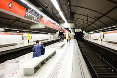 Interior de   glorias de la estación en el metro de Barcelona imagenes de archivo