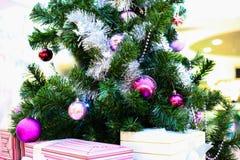 Interior de la alameda de compras adornado con la Navidad Fotografía de archivo
