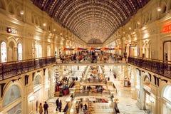 Interior de la alameda de compras de la GOMA de Moscú Imágenes de archivo libres de regalías