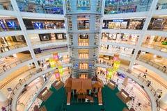 Interior de la alameda de compras de Suria KLCC en Kuala Lumpur, Malasia Fotografía de archivo