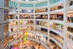 Interior de la alameda de compras de Suria KLCC, Malasia Foto de archivo