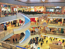 Interior de la alameda de compras del foro en Helsinki Foto de archivo libre de regalías