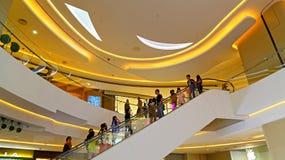 Interior de la alameda de compras del lugar de Hysan, Hong-Kong Imagen de archivo