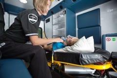 Interior de la ambulancia con la mujer mayor Foto de archivo