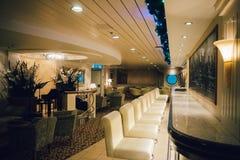 Interior de la barra Manhattan, transbordador báltico del piano de la travesía de la reina imagen de archivo libre de regalías