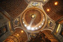 Interior de la basílica de San Pedro Imagen de archivo