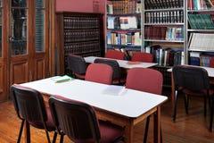 Interior de la biblioteca vacía Foto de archivo