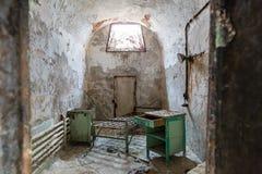 Interior de la cárcel con la célula oxidada Imagen de archivo libre de regalías