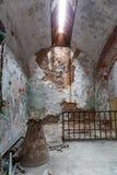 Interior de la cárcel con la célula oxidada Imágenes de archivo libres de regalías