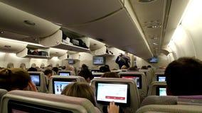 Interior de la cabina del aeroplano con los pasajeros almacen de video