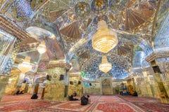 Interior de la capilla y del mausoleo (mezquita del Sah-e-Cheragh del espejo) en Shiraz, Irán Fotografía de archivo libre de regalías