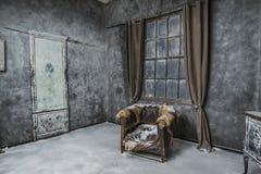 Interior de la casa abandonada vieja Foto de archivo