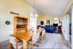 Interior de la casa con el techo saltado Comedor Imagen de archivo libre de regalías