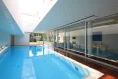 Interior de la casa con la piscina Fotos de archivo