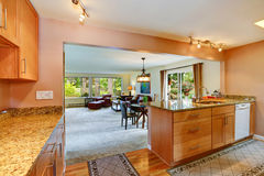 Interior de la casa con la planta diáfana Área de la cocina Imágenes de archivo libres de regalías