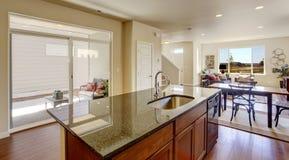Interior de la casa con la planta diáfana Isla de cocina con granito Fotos de archivo