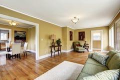 Interior de la casa con la planta diáfana La sala de estar con la cena es Fotografía de archivo libre de regalías