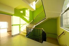 Interior de la casa con las escaleras modernas Fotos de archivo