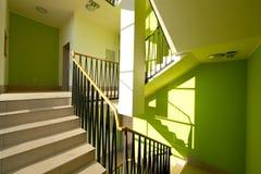 Interior de la casa con las escaleras modernas Fotografía de archivo
