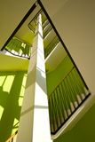 Interior de la casa con las escaleras modernas Imagen de archivo