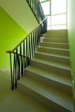 Interior de la casa con las escaleras modernas Foto de archivo libre de regalías