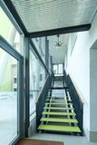 Interior de la casa con las escaleras modernas Fotografía de archivo libre de regalías