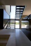 Interior de la casa con las escaleras modernas Imagen de archivo libre de regalías