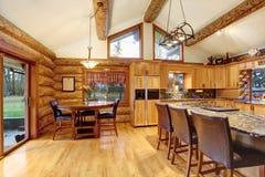 Interior de la casa de la cabaña de madera de la cena y del sitio de la cocina Foto de archivo